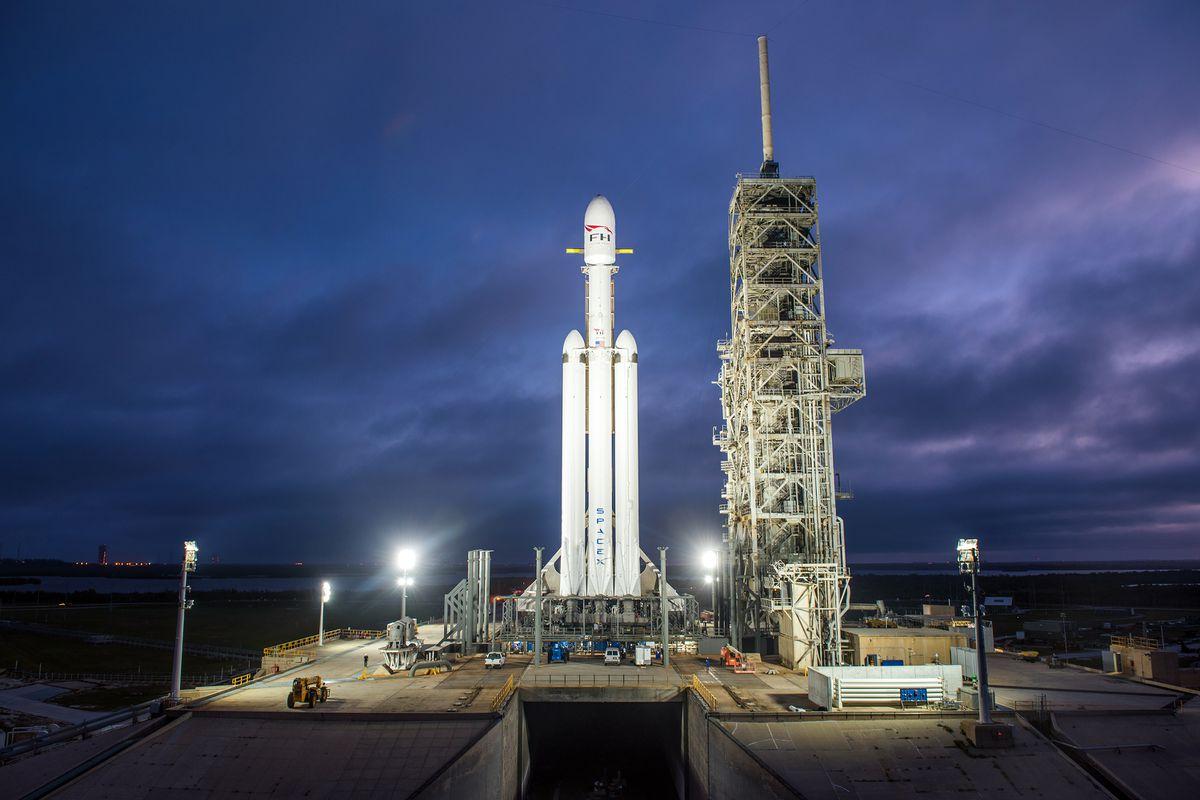 O foguete Falcon Heavy na histórica plataforma de lançamento LC-39A no Centro Espacial Kennedy em Cabo Canaveral, Flórida, Estados Unidos. Imagem: SpaceX