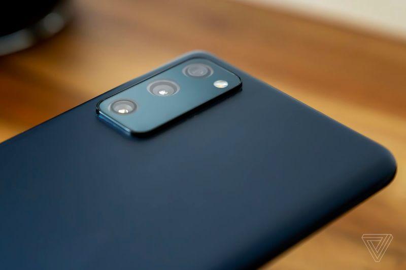 I tre sensori da 12 megapixel si adattano a un dosso della fotocamera ragionevolmente piccolo