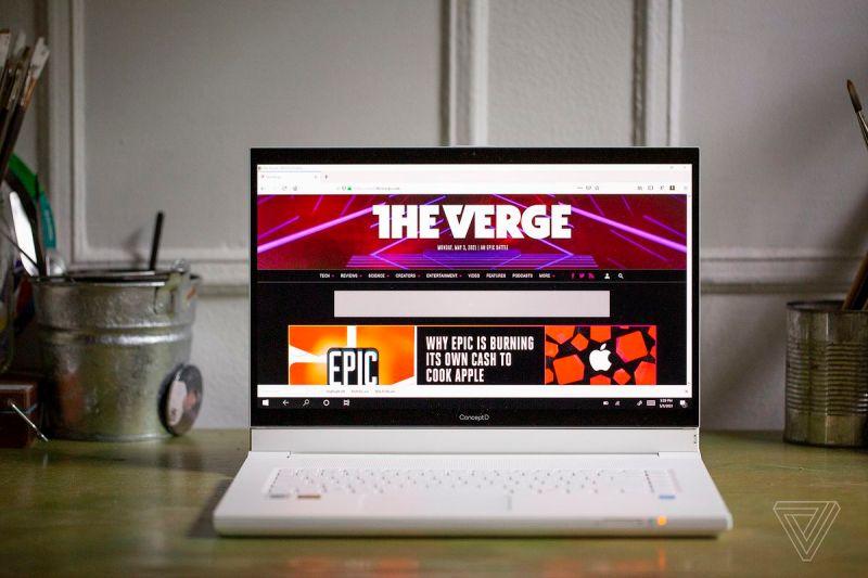 L'Acer ConceptD 7 Ezel visto di fronte su una scrivania.  Lo schermo visualizza la homepage di The Verge.