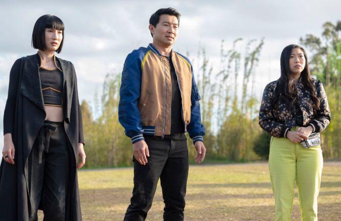 Xialing, Shang e Katy olham para algo estranhamente à distância.