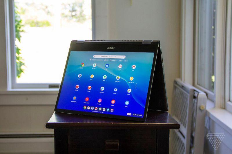 L'Acer Chromebook Spin 713 in modalità tenda, leggermente inclinato a sinistra.  Lo schermo mostra una griglia di app Android su sfondo blu.