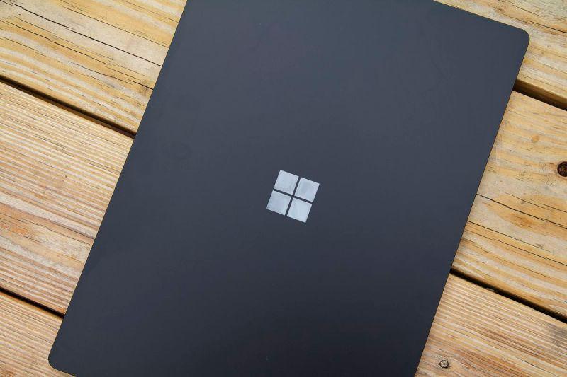Il coperchio da 15 pollici di Surface Laptop 4 dall'alto.