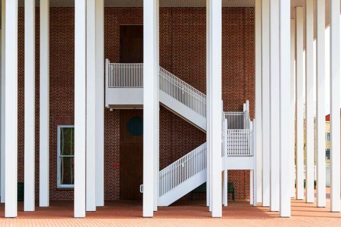 Ратуша в городе Селебрейшн, штат Флорида, здание с белыми колоннами и внешней белой лестницей