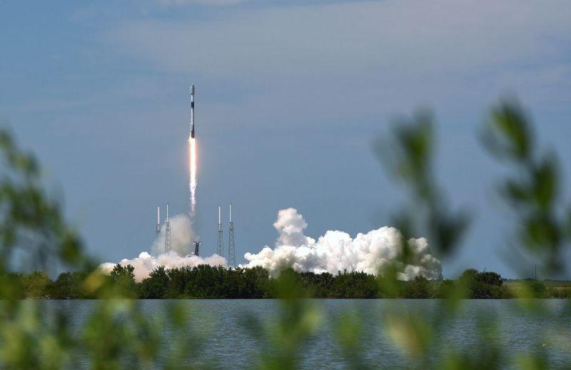 Un razzo SpaceX Falcon 9 decolla dal pad 40 al Capo...