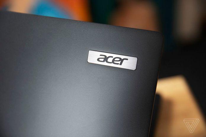 O logotipo da Acer na tampa do Acer Travelmate P6.