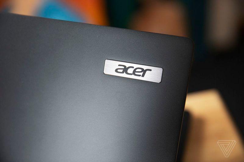 Il logo Acer sul coperchio dell'Acer Travelmate P6.