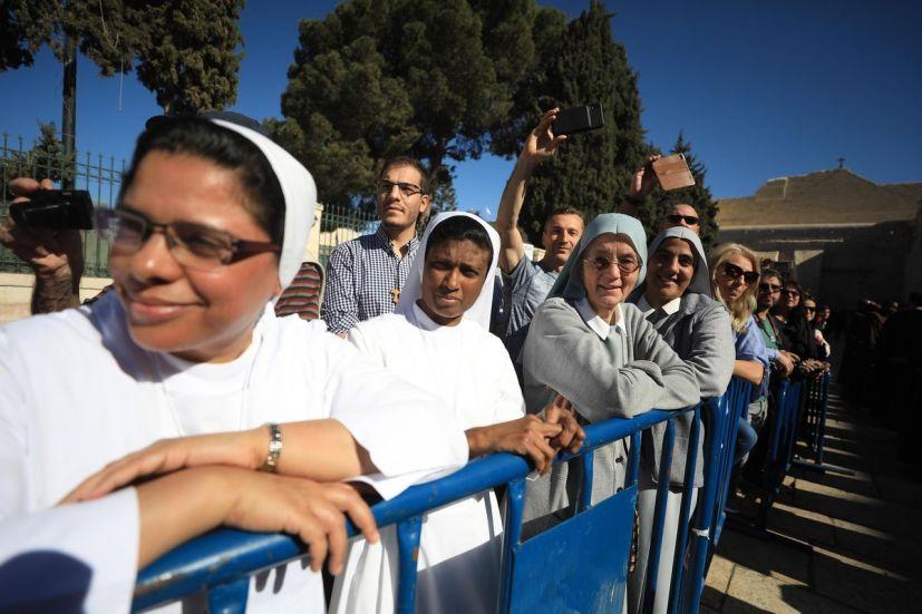Los cristianos en Palestina asisten a una misa para conmemorar el regreso de un fragmento de madera de la cuna de Jesús en Belén, Cisjordania, el 30 de noviembre de 2019.