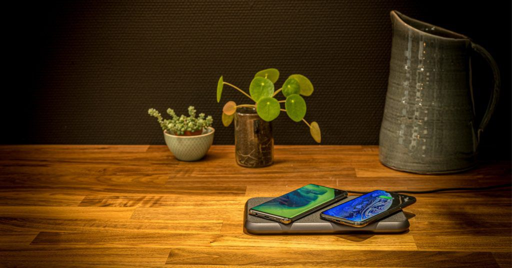 ZENS LIBERTY 16 coils wireless charger lifestyle with Samsung S10 and iPhone Xs 1024x536 - This wireless charging pad might do two-thirds of what AirPower promised