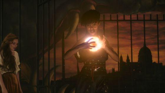 Rochelle Neil memanifestasikan roda api di sebuah ruangan gelap di The Nevers
