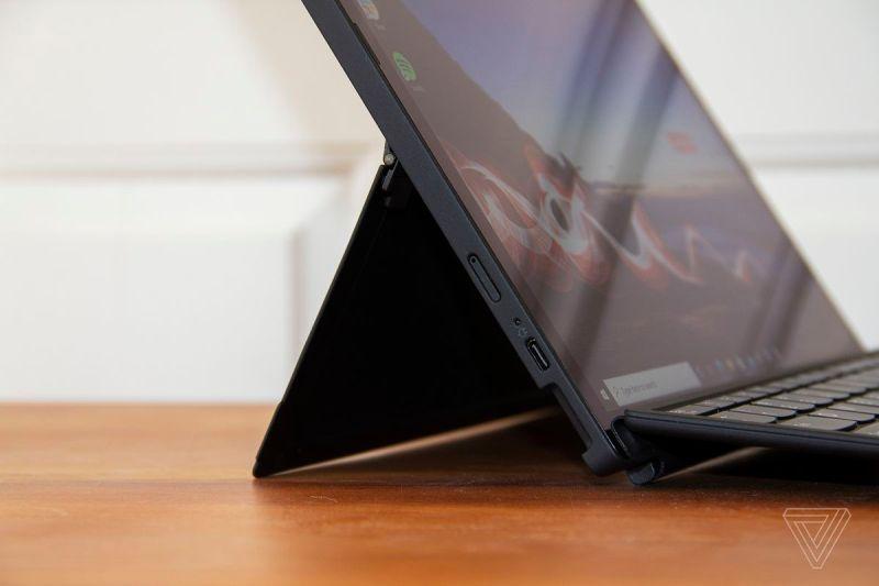 ThinkPad X12 Cavalletto staccabile da sinistra da vicino.