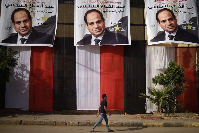 Carteles del presidente Abdel Fattah al-Sisi expuestos durante el referéndum de la reforma constitucional Mohamed al-Shahed / AFP / GETTY