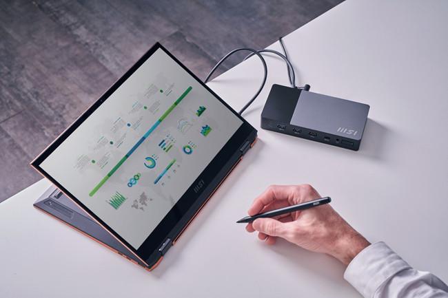 Un utente disegna sull'MSI Summit E26 in modalità a conchiglia inversa con uno stilo.  Lo schermo visualizza un grafico.
