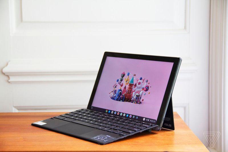 L'Asus Chromebook Detachable CM3 aperto, angolato a sinistra.  Lo schermo mostra una scena della città dei cartoni animati su uno sfondo rosa.