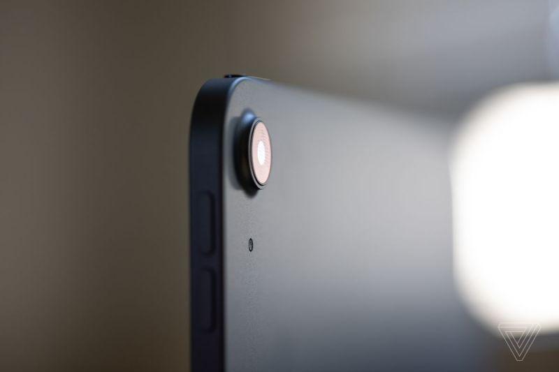 C'è un'unica fotocamera grandangolare da 12 megapixel sul retro.  È abbastanza buono, ma non dovrebbe guidare la tua decisione di acquisto in un modo o nell'altro.