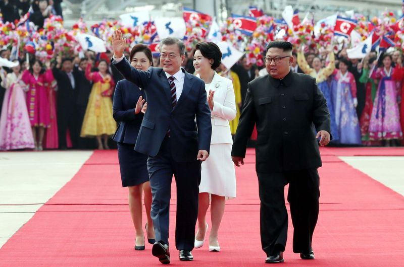 South Korean President Moon Jae-in waves at North Koreans who greeted him at the Pyongyang airport on September 18, 2018.