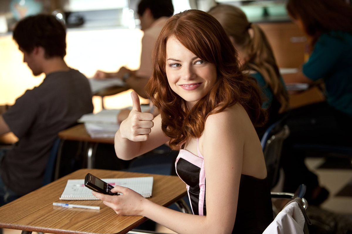 emma stone giving the camera a thumbs up in easy a