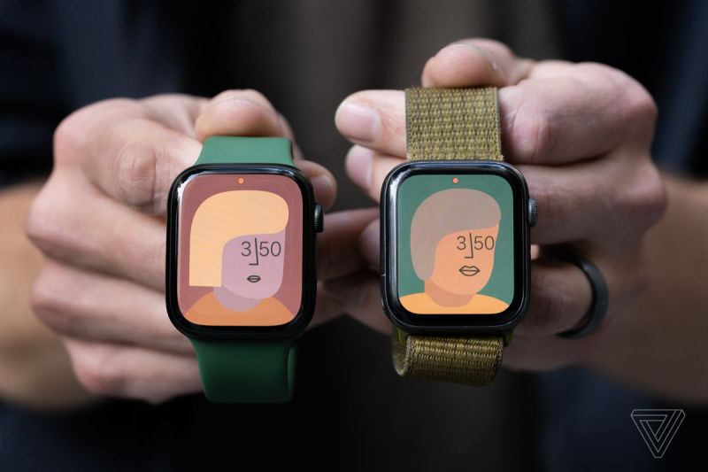 Apple Watch Series 7 (a sinistra) e Series 5 (a destra)