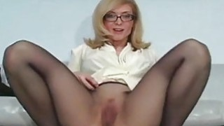 Solo gal fingers bawdy cleft through pantyhose thumb