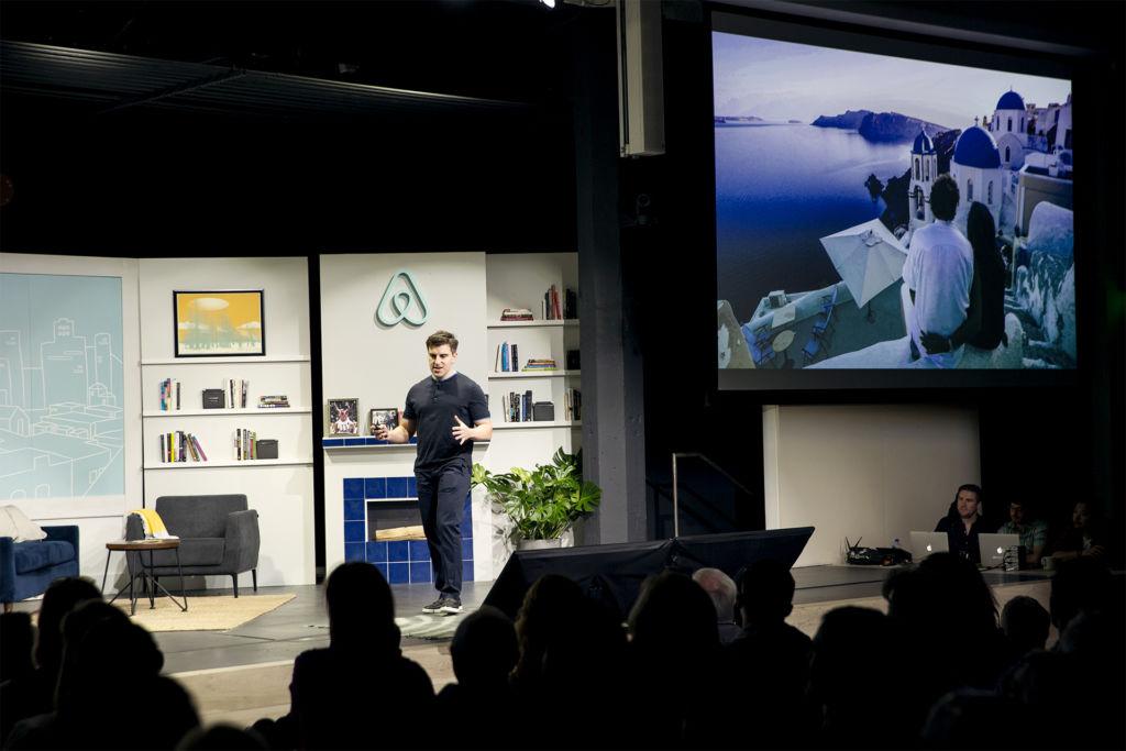 Airbnb lanza nuevos productos para inspirar a los viajeros a vivirlos como un local - brian-keynote-8