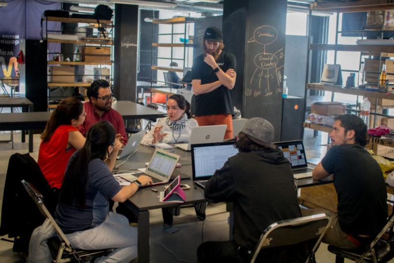Failure Institute realiza el primer Datatón del Fracaso en el mundo - equipos-trabajando-con-mentores-800x534