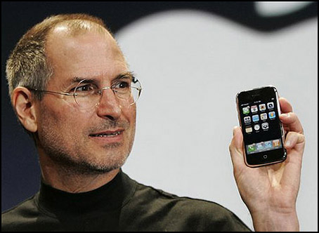 steve jobs holding iphone Mas rumores sobre la posible presentación de un nuevo iPhone en junio