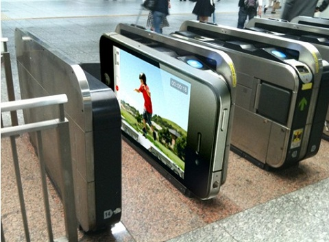 iPhone 4 en el metro - iphone4-metro