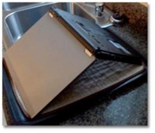 ¿Le cayo agua a tu laptop? Consejos para protegerla - agua-laptop