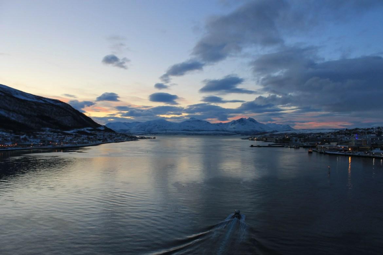 Een prachtig uitzicht vanaf de Tromsøbrua op de fjord en de stad