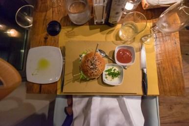 Val d'Orcia Burger mit geschmolzenem Pecorino Käse und frischer Minzmayonnaise
