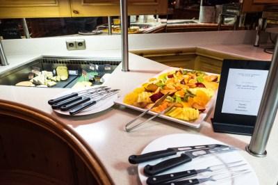 Käse vom Buffet mit frischem Obst, Senfsaucen und Chutneys