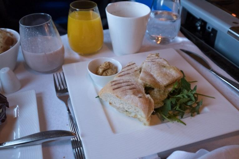 Qatar Airways Business Class nach Auckland - Sandwich mit gegrilltem Hähnchen und Mozzarella, dazu ein Knoblauchdip