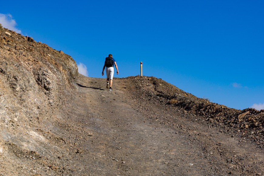 Zu Beginn der Wanderung geht es auf dem PR FV 54 steil bergauf