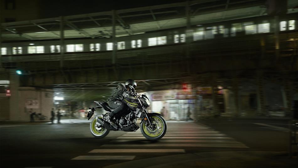 2018-Yamaha-MT-03-EU-Night-Fluo-Action-002