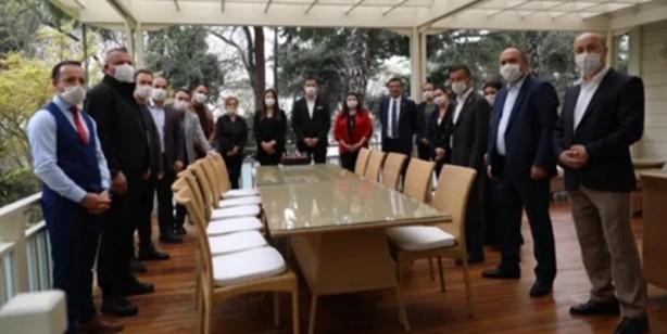 Foto - Geçtiğimiz haftalarda sosyal mesafeyi umursamadan İstanbul Büyükşehir Belediyesi Sözcüsü Murat Ongun'un doğum günü partisine katılan İBB Başkanı Ekrem İmamoğlu'nun şehit itfaiye erleri için düzenlenen görene katılmaması tepkilere neden oldu.