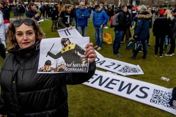 Foto - Başkent Amsterdam ve Eindhoven şehirlerinin ardından Lahey'de de Kovid-19 kısıtlamaları protesto edildi.