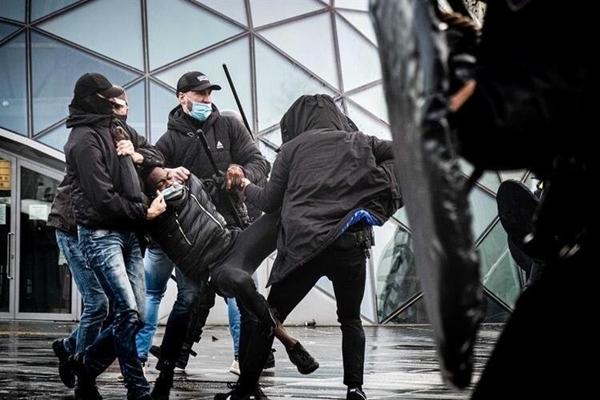 Foto - Avrupa'nın bir çok ülkesinde koronavirüs salgının nedeniyle kısıtlamalar protesto edildi.