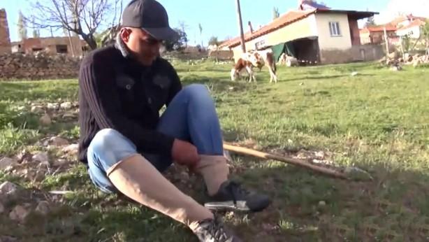 """Foto - KİŞİSEL ÖNLEM ALMAK ŞART: Bahçe ve tarlada çalışanların etkili yöntemlerle keneden korunmaları mümkün. Prof. Dr. Şebnem Eren Gök, kene ısırmasında alınacak önlemleri şöyle sıraladı:""""Pantolon paçalarının çorap içine konması ve giysilerin kol kısımlarının kenenin girmesini engelleyecek şekilde sıkı olması gerekiyor. Hayvanlardan kene temizlenmemesi, çıkarılan kene olursa onun ezilmemesine de dikkat edilmeli.""""Uzmanlar, kıyafetler çıkarıldıktan sonra vücudun mutlaka detaylı bir şekilde kontrol edilmesi gerektiğini vurguluyor."""