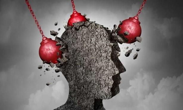 Foto - Migren belirtisi nedir? Migren atakları genellikle 20 ila 30 yaş arasında başlar, fakat baş ağrısı atakları çocukluk ya da ergenlik döneminde yaşanabilir. Migren atağı dört aşamalı olabilir: prodrom, aura, baş ağrısı ve postdrom dönemleri. Her migren atağında tüm aşamalarla karşılaşılmayabilir. Prodrom Baş ağrısı başlamadan bir veya iki gün önce, hastalar yaklaşan migren atağı için uyarıcı küçük değişiklikleri fark edebilebilirler: Kabızlık Ruh hali değişiklikleri, karamsarlık, huzursuzluk Yeme İsteği Boyun tutulması Artan susuzluk ve idrara çıkma Sık esneme