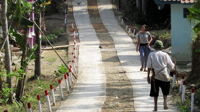 Jalan di pedesaan yang pembangunannya menggunakan dana desa. (Foto: Liputan6.com/Muhamad Ridlo)
