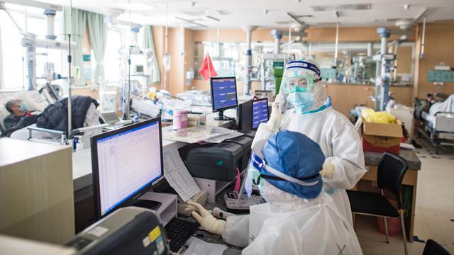 Petugas Medis Tangani Pasien Virus Corona di Ruang ICU RS Wuhan