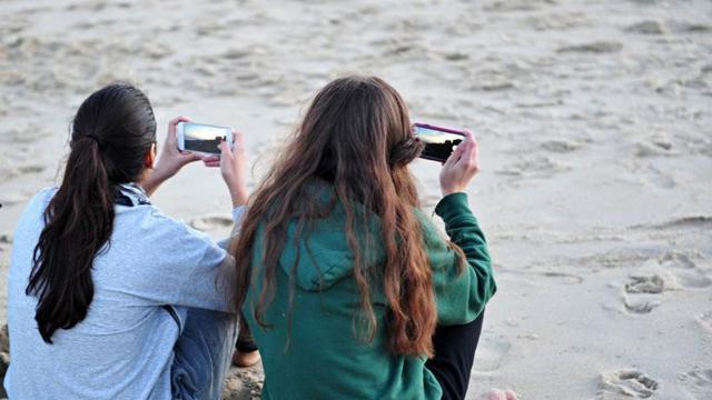 Ilustrasi aktivitas menggunakan smartphone (AFP)