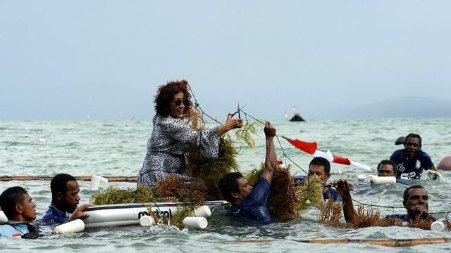 Susi Pudjiastuti Saat Bertugas di Laut (sumber: instagram/susipudjiastuti115)