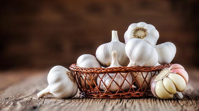 Benarkah Alergi Bawang Putih Mentah Bisa Bikin Kulit Melepuh? (Krasula/Shutterstock)