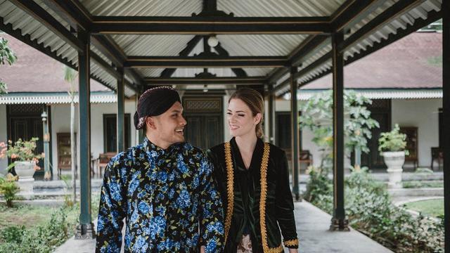 7 Potret Randy Pangalila dan Istri Bulenya dalam Balutan Adat Jawa