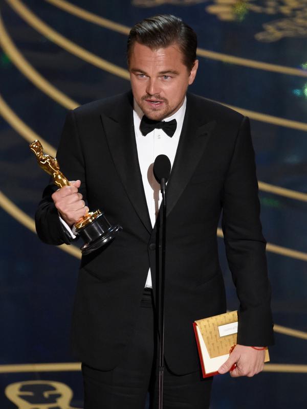 2016 menjadi salah satu tahun paling bersejarah bagi hidup Leonardo DiCaprio. Pemilik nama lahir Leonardo Wilhelm DiCaprio ini akhirnya mendapatkan piala pertamanya di ajang Oscar 2016 setelah empat kali gagal. (Photo by Chris Pizzello/Invision/AP)