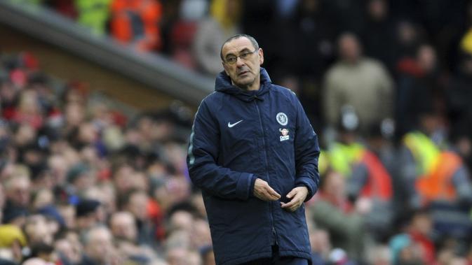 Pelatih Chelsea, Maurizio Sarri, tampak lesu usai ditaklukkan Liverpool pada laga Premier League di Stadion Anfield, Minggu (14/4). Liverpool menang 2-0 atas Chelsea. (AP/Rui Vieira)