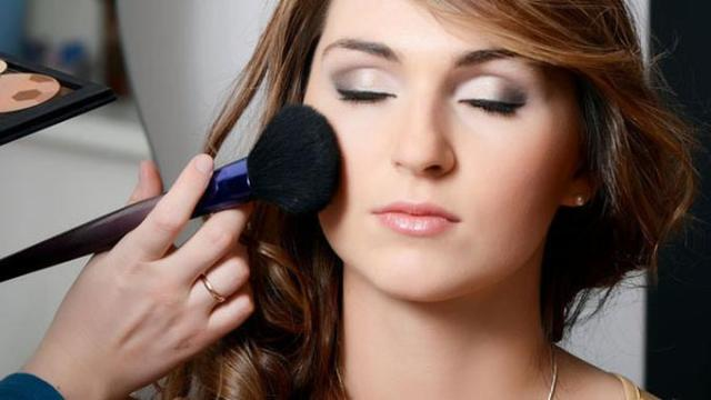Hasil gambar untuk cara menggunakan blush on