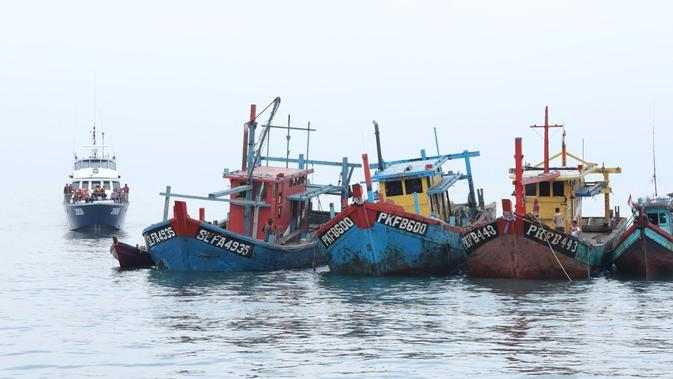 13 kapal perikanan asing (KIA) ilegal kembali dimusnahkan di tiga lokasi yang berbeda, yaitu Natuna Kepulauan Riau, Belawan Sumatera Utara, dan Pontianak Kalimantan Barat.(Dok KKP)