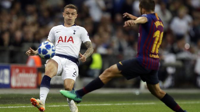 Bek Tottenham Hotspur, Kieran Trippier, berusaha melewati bek Barcelona, Jordi Alba, pada laga Liga Champions di Stadion Wembley, Rabu (3/10/2018).  Barcelona menang 4-2 atas Tottenham Hotspur. (AP/Kirsty Wigglesworth)