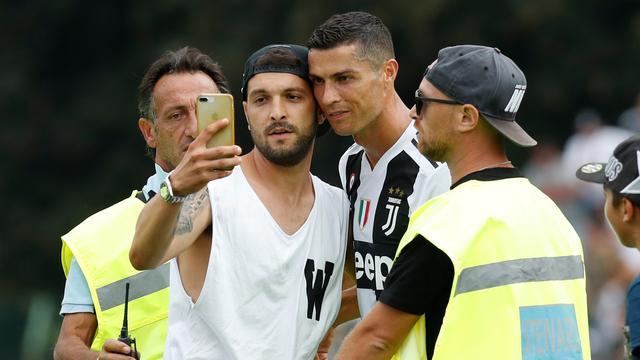 Momen Ronaldo Diajak Selfie Suporter Juventus di Lapangan